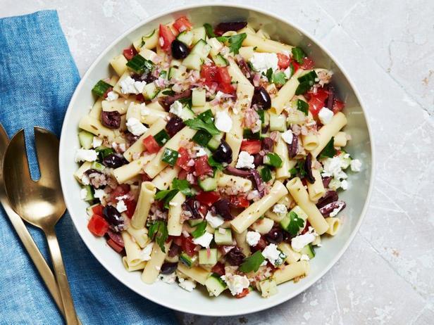 Греческий салат с макаронами, фетой и оливками