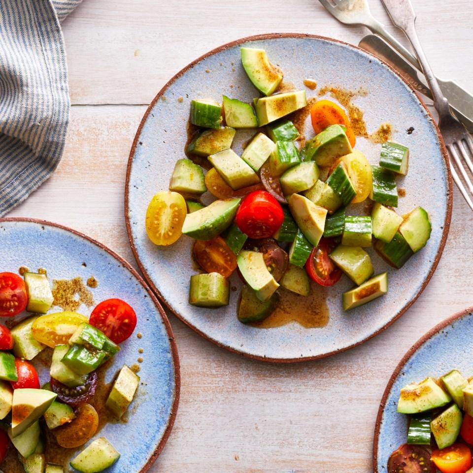 Салат из авокадо с огурцом и помидором