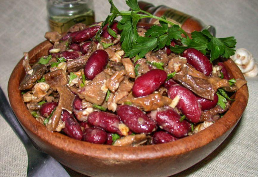 Салат с фасолью, грибами и орехами