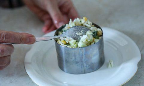 Салат из крабовых палочек «Снежный краб»  с огурцами и кукурузой