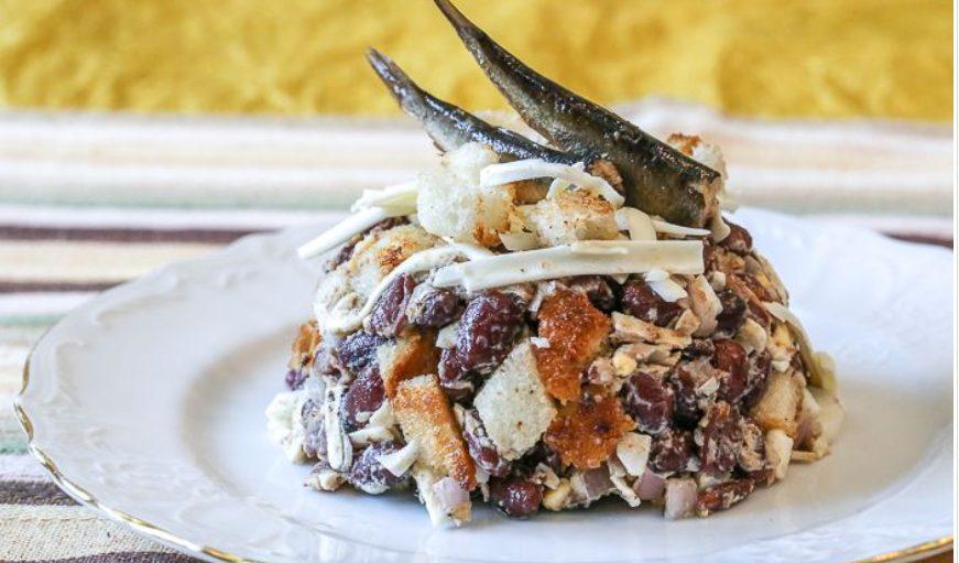 Готовим сытный салат из вареной фасоли с добавление шпрот и тертого плавленого сырка.