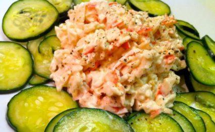 Салат из сельдерея. риса, крабов и помидоров