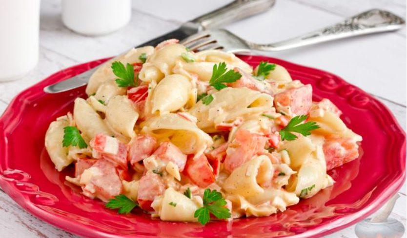 Салат с крабовыми палочками, макаронами и помидором