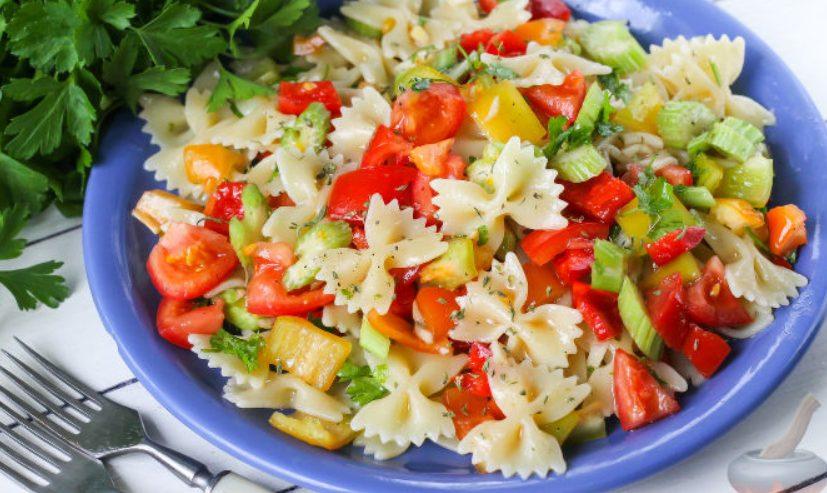 Овощной салат из помидоров с макаронами