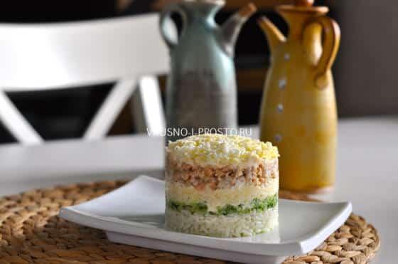 Салат с консервированной горбушей и рисом