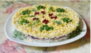Салат с печенью трески, слоенный с сыром и рисом