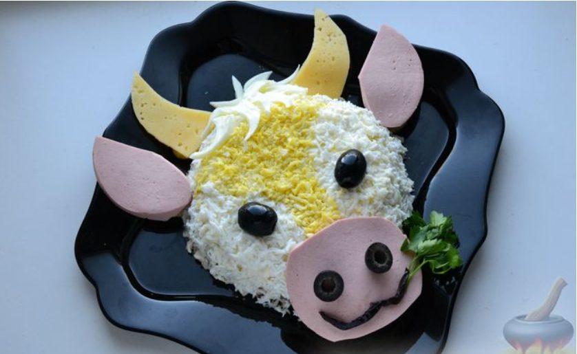 Слоёный салат с курицей, картофелем, сыром и  зелёным горошком