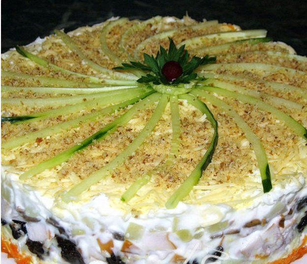 Слоёный салат с копчёной курицей, черносливом и шампиньонами