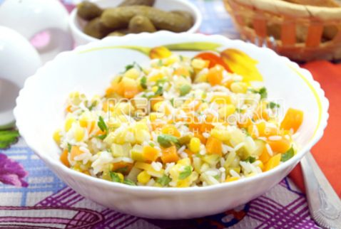Диетический салат из риса, моркови, огурцов и кукурузы