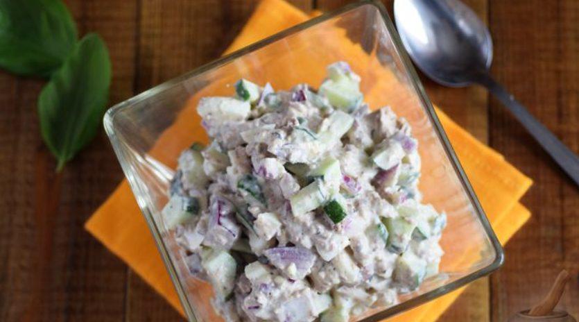 Салат с консервированной рыбой, яйцами и огурцами