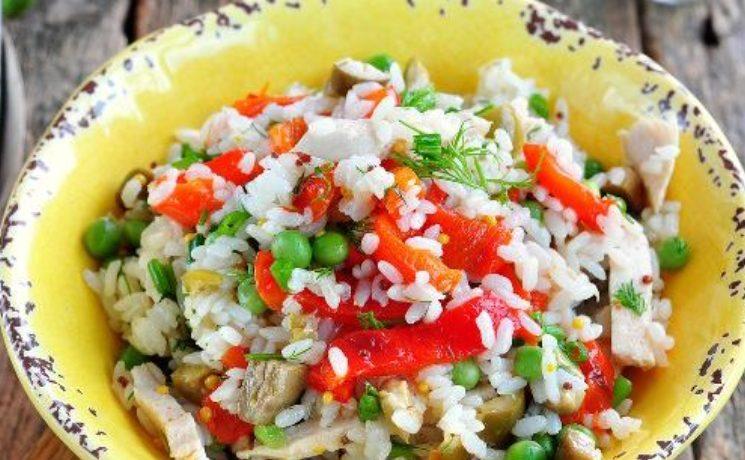 Салат с рисом, курицей, болгарским перцем, горошком и оливками