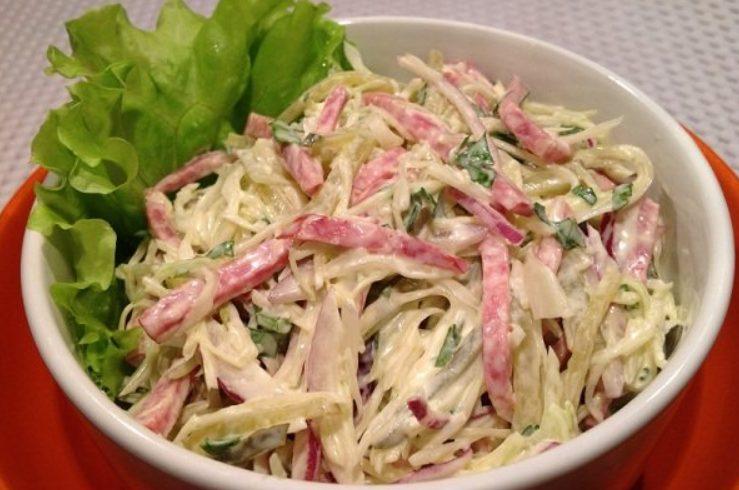 Салат из капусты и сервелата