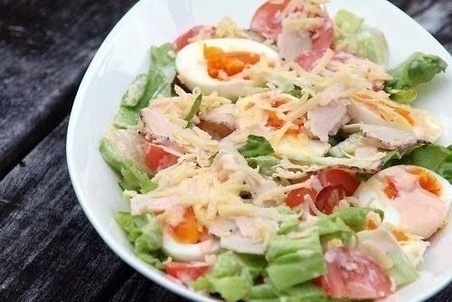 Свежий зеленый салат с курицей, овощами и сыром