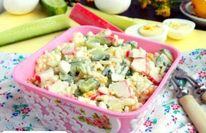 Крабовый салат с рисом, огурцом и кукурузой